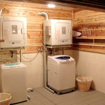 *【ランドリー/共有スペース】長期滞在に嬉しい洗濯機・乾燥機がございます。