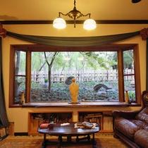 【ゆとりスペース】フロント脇のスペースです。この窓から見える季節の風景が素敵です
