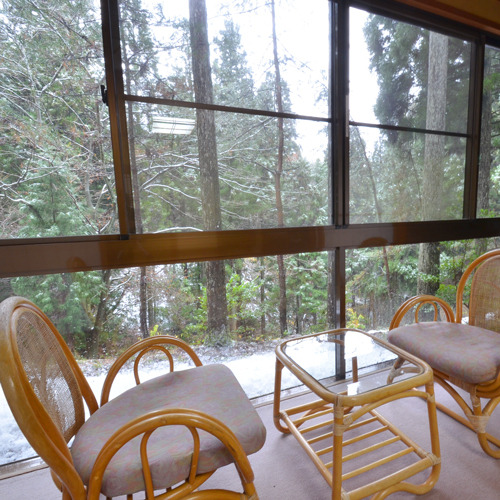 *窓辺に腰掛けて四季折々の景色を見ながら語らいのひと時を♪