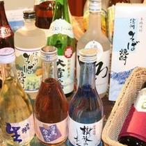ドリンクメニューは席にあります。地酒は種類豊富に、オリジナルワインに満点の生ビールも焼酎もカクテルも