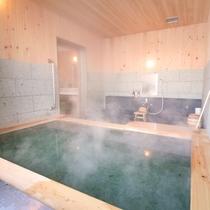 ヒノキの香る貸切温泉(有料3000円/1枠50分)。10種以上のシャンプーバーにイオンドライヤーも有
