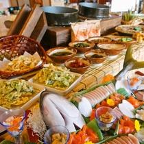 田舎風なので、和食の割合が多いバイキングです。食べた全員のみなさまのほっぺが落ちるよう、頑張ります