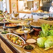 夕食は3パターン、朝食は2パターン、そして季節によって内容を変えています