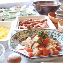【朝食】できるだけ地元の食材を使い、郷土の味を皆さまにお届けしようと思っています。