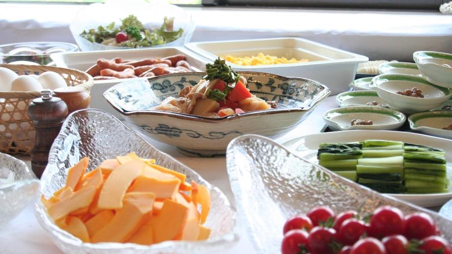 【朝食】美味しい炊き立てのご飯に相性抜群のおかずが並びます。
