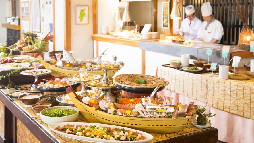【夕食】いろんな料理を少しずつ、多くの種類を食べていただきたいので、カットはあえて小さめにしてありま