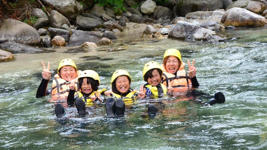 【シャワーウォーキング】川の横断や滝浴びなど冒険心をくすぐられる遊びが盛り沢山。