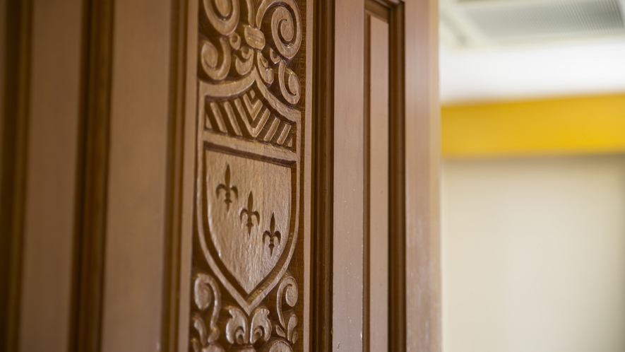 お部屋のドアは、かわいらしいデザインが特徴。まるで、森の中のよう。