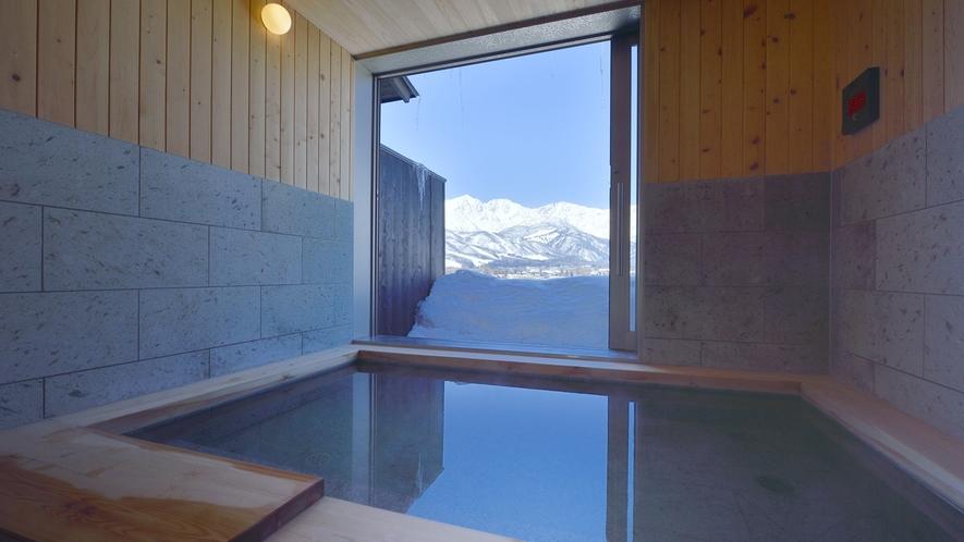 【貸切風呂】長さ2.55m、幅は1.5mのゆとりある湯船。貸切温泉は家のお風呂より大きくなきゃ✖