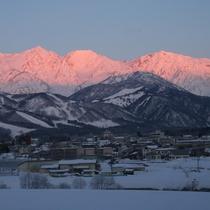 【冬】朝が遅いからこそ楽しみやすいモルゲンロート(朝焼け)のアルプス(ホテルから撮影)1月は7時頃