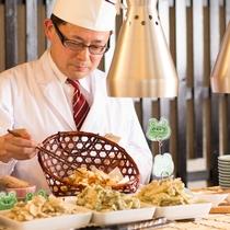 【夕食】目の前で揚げる天ぷら、季節の素材の味をたっぷりとお召し上がりください。ポン酢や抹茶塩などで。