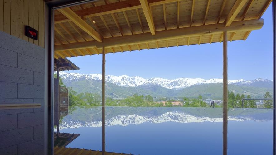 【わらび平の湯】内湯より。湯面にも景色が映り、逆さ三山を望むお風呂ってこの事です。