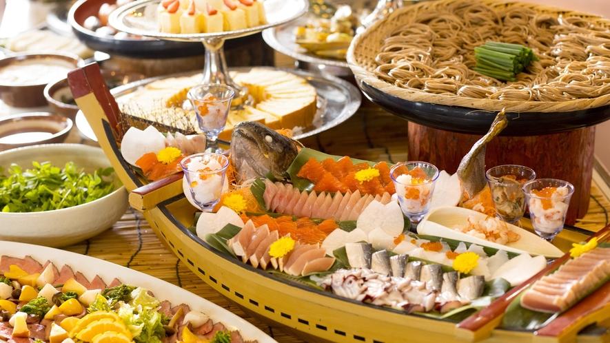 【夕食】いろんな料理を少しずつ、多くの種類を食べていただきたいので、カットは小さめにしてあります。