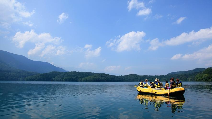 【ラフトピクニック】ラフトボートに乗り込んで、ガイドと一緒に湖畔探検はいかがですか?