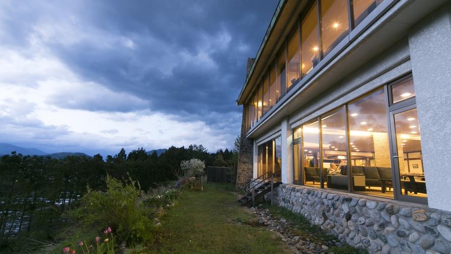 【外観】こちらは、北アルプス側の外観。1階はロビー、2階はレストランです。