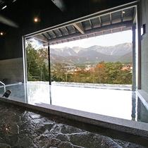 【新】内湯からでもアルプスを楽しめるよう、特注で作った巨大一枚ガラスを使用しました
