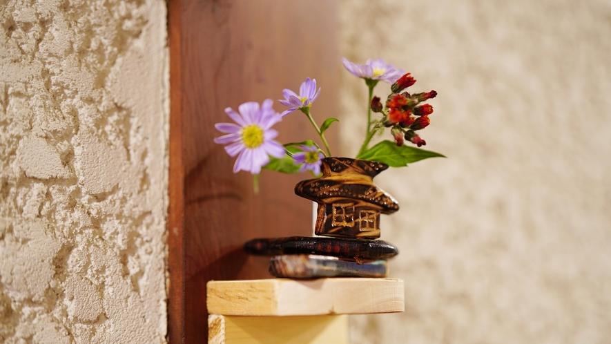 【館内】木の温もりがたっぷりの、可愛い小物たちが通路の至る所で癒してくれます。