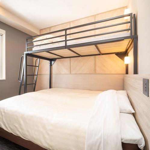 ダブルサイズのワイドベッドとロフトベッド付