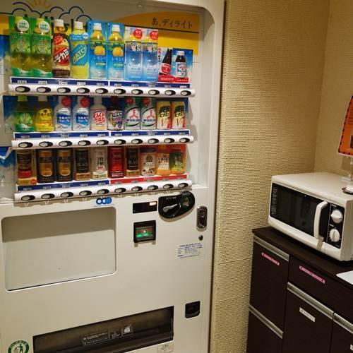 【電子レンジと自動販売機】ゲスト用の無料ドリンク(コーヒー等)もございます。