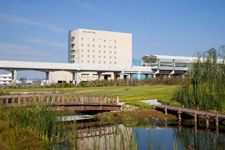【ホテル外観(南側)】ホテル正面には総面積7.3haの研究学園駅前公園。散歩やジョギングに最適です。