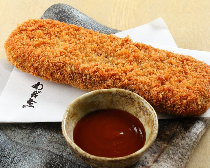【お菜屋 わだ家】アッコさんの手のひら(18.6cm)と同じサイズのコロッケです。