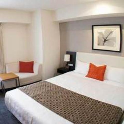 【コーナーダブル】魅力は「角部屋」「広々バスルーム」。ベッドは155cm幅のクイーンサイズベッドをご