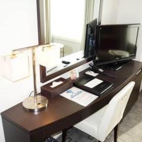 【ダブルルーム】広めのデスク、明るい室内でお部屋でのお仕事も◎
