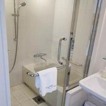 【ダブルルーム】浴室と洗面がセパレート。水を気にする事なくご入浴いただけます。