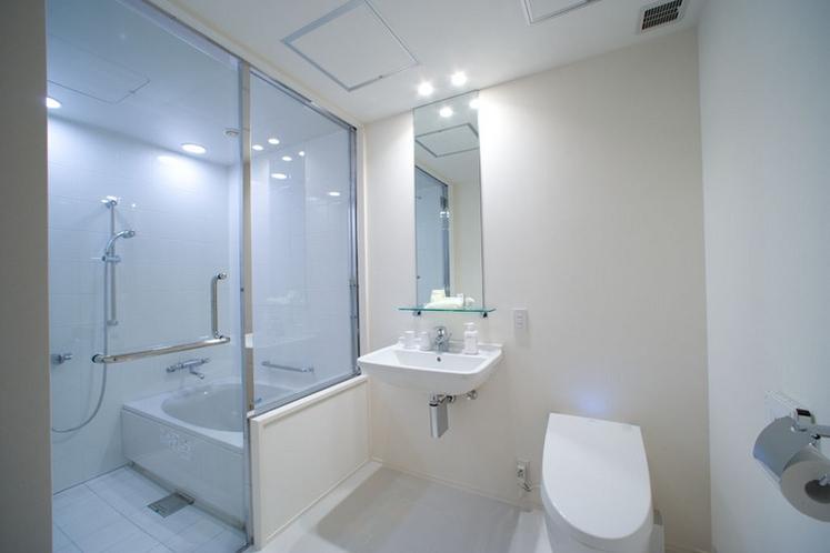【バスルーム】シングルルーム以外の客室は全て浴室とパウダールームがセパレートされています。