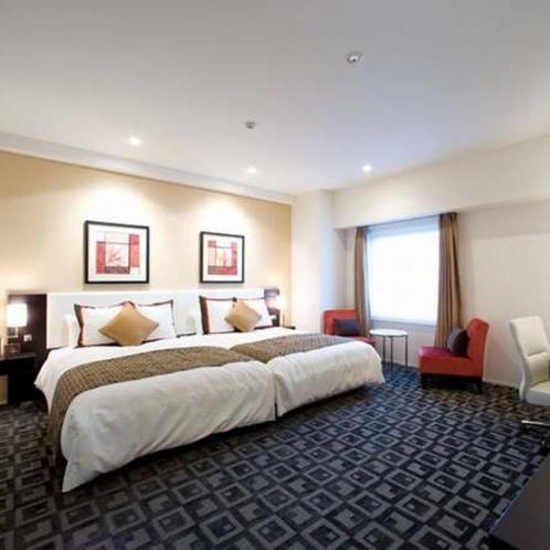 【最上階8階】広々とした室内に140㎝幅のシモンズベッドを2台並べてご用意。