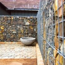小樽の石蔵とウッドデッキを融合させた中庭