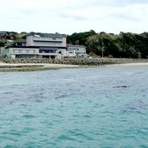 *【外観】当館の目の前には岩屋海水浴場のキレイな海が広がります♪