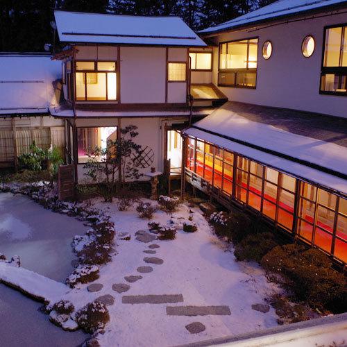 リニューアルされた客席の外観と庭(冬)