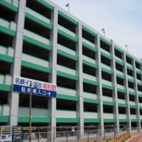 約346台収容の立体駐車場(自走式)。入庫から24時間1000円でご利用可。※駐車券をフロントへご提