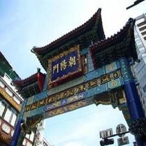 中華街昼の門