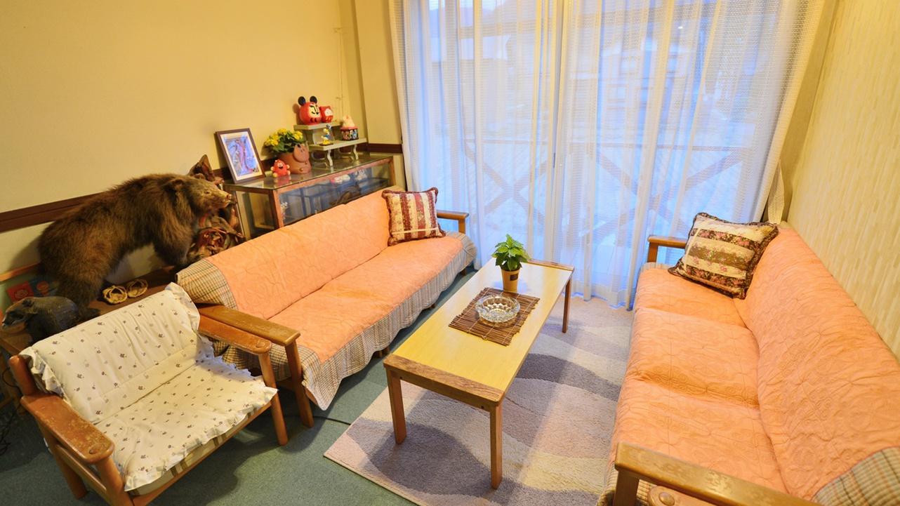 *ロビー/ソファーがあり、休憩や待ち合わせにご利用ください。喫煙スペースも兼ねています。