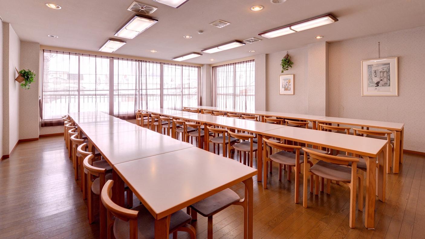 *食堂/朝夕のお食事はこちら。定評の自家製コシヒカリとともに新潟の旬味に舌鼓。