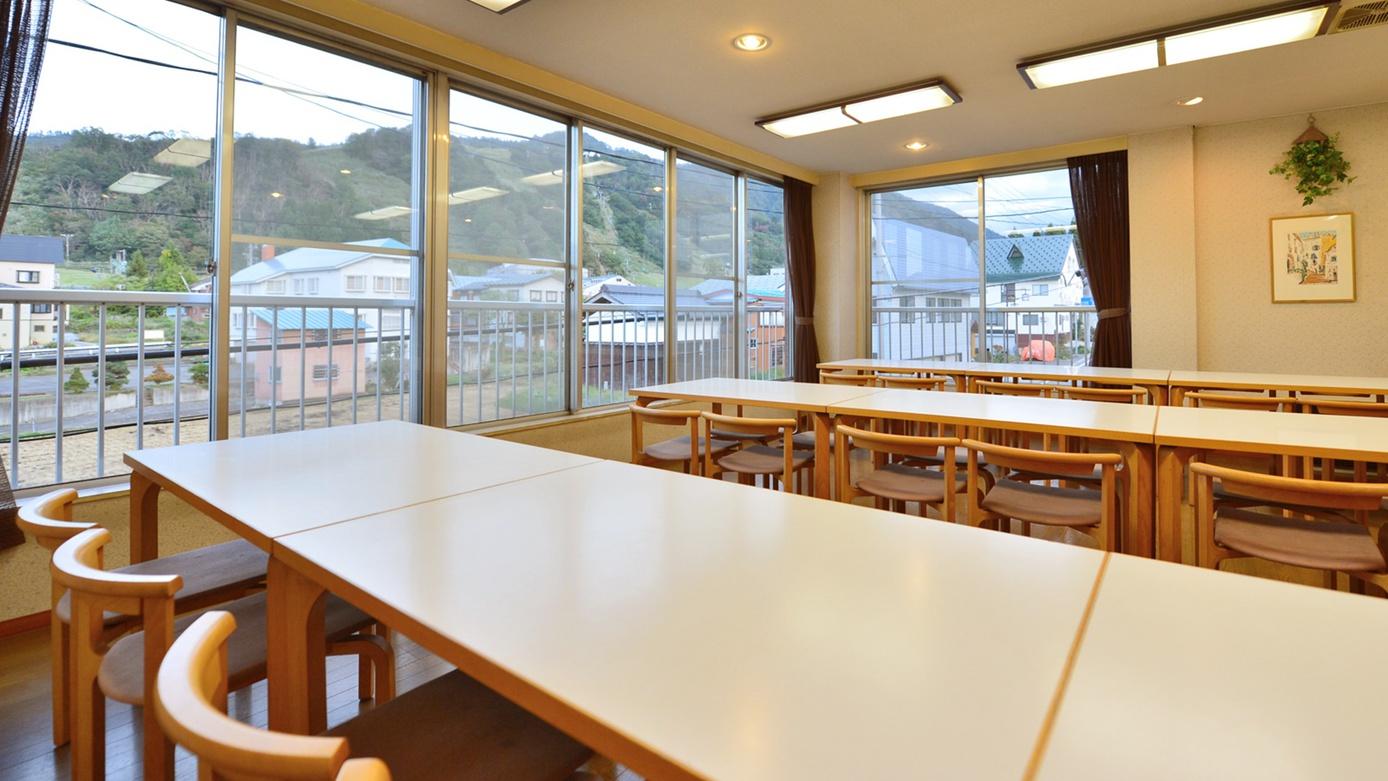*食堂/明るい食堂の窓からは、目の前に越後中里スキー場が望めます。