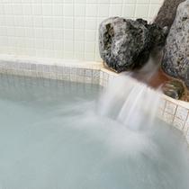 *ミネラルを含む麦飯石風呂の温かい湯船に浸かり、癒しのひと時をお過ごし下さい。