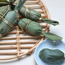"""*新潟手土産の定番""""笹団子""""/鮮やかな緑の笹に包まれたヨモギのお餅と程よい甘さの粒あんが絶品。"""