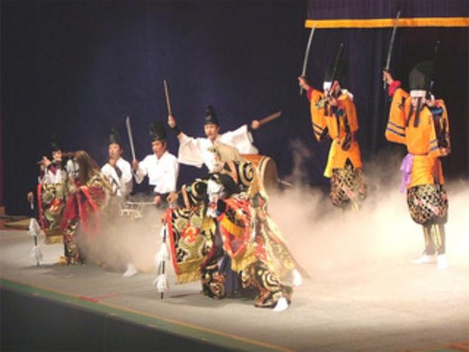 神楽競演大会会場は当日夜遅くまで賑わいます。