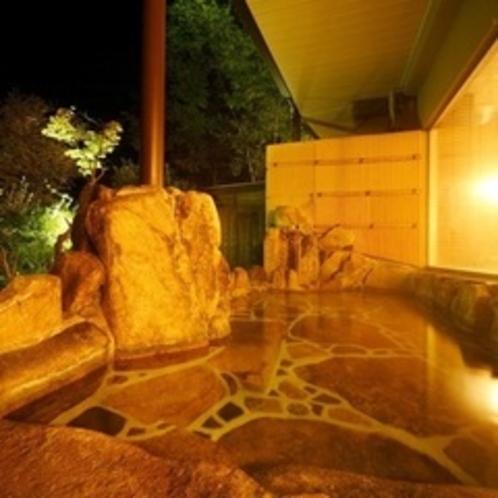 夜の露天風呂 晴れの日には満天の星空を望めます