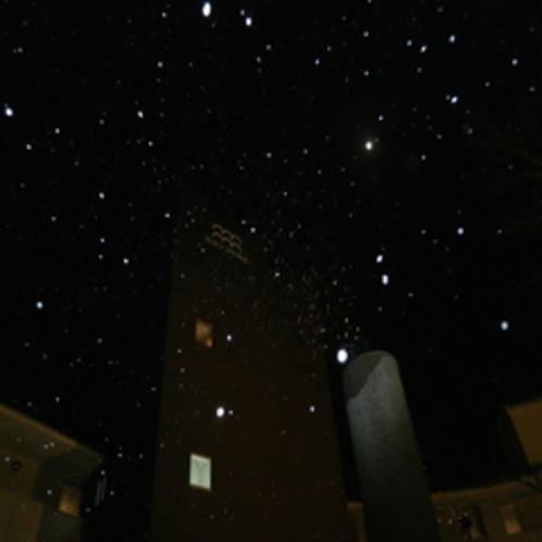 雪舞う温井の夜空