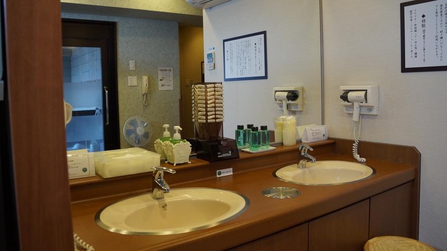 男性浴場洗面台☆アフターシェーブローション・ヘアトニック・くし・カミソリ・綿棒など☆