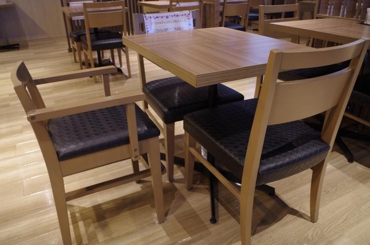 レストランにはお子様用の椅子とかわいい食器をご用意しております。