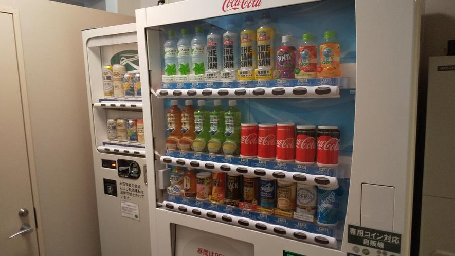 2階と14階にアルコール・ソフトドリンクの自動販売機がございます