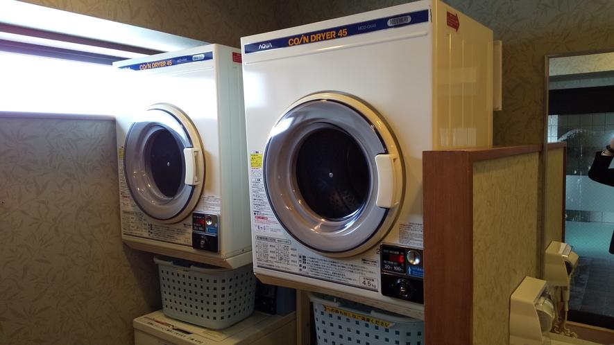 男性浴場内ランドリー☆洗濯1回200円。乾燥30分100円。洗剤はフロントにて1回分1袋40円で販売