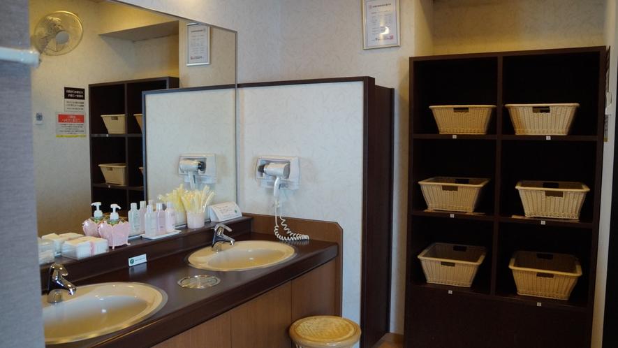 女性浴場洗面台☆クレンジングローション・化粧水・乳液・綿棒・コットンなど☆