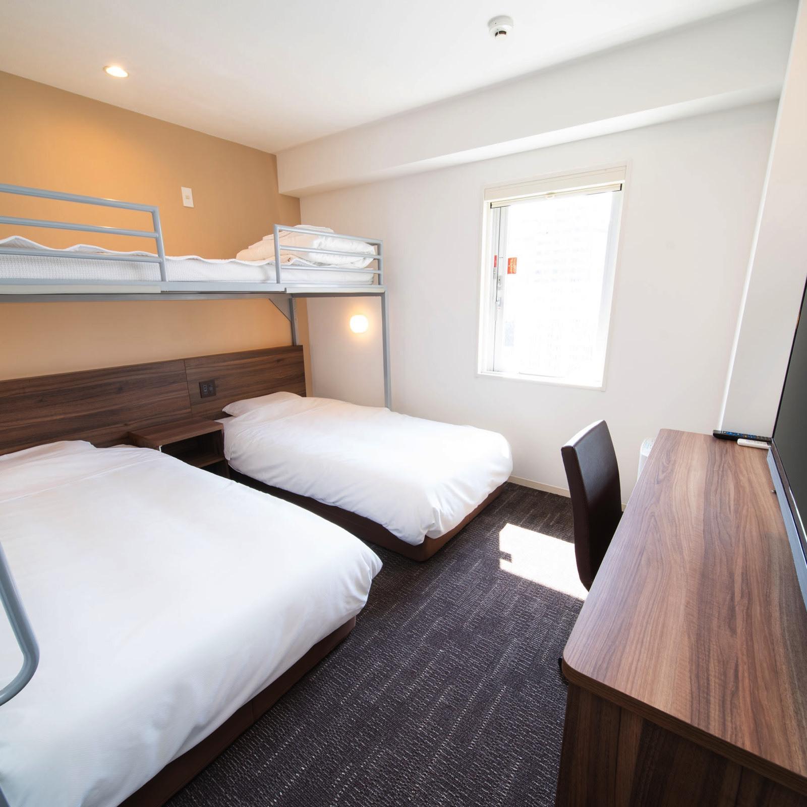 広々としたお部屋にお子様に人気のロフトベッド付きトリプルルーム