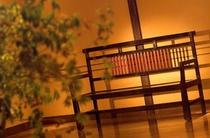 館内の李朝ベンチ